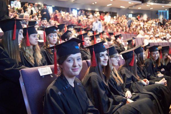 Zdjęcie studentów w togach